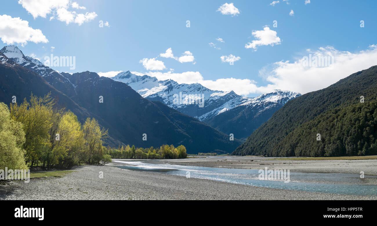 La rivière Matukituki, snowy Mount Aspiring, Mount Aspiring National Park, Otago, Nouvelle-Zélande, Southland Photo Stock