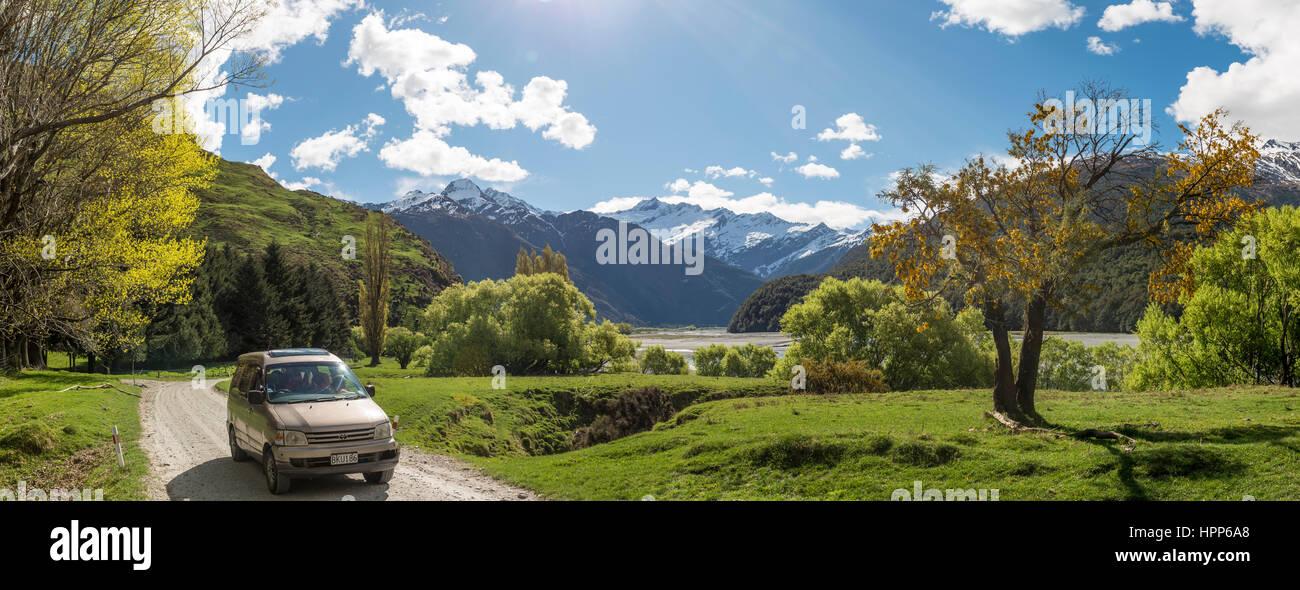 Voiture sur route, Matukituki Valley, snowy Mount Aspiring, Mount Aspiring National Park, Otago, Nouvelle-Zélande, Photo Stock