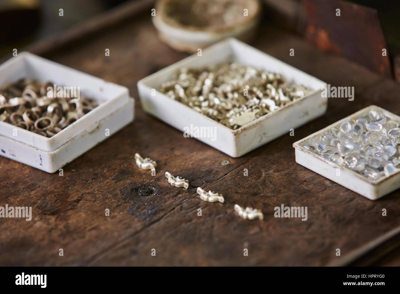 prix le plus bas disponible 50% de réduction Table de travail en atelier bijoux au Sri Lanka Banque D ...