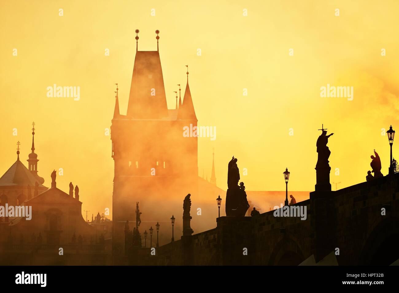Dans le brouillard de mystère le lever du soleil. Le pont Charles à Prague, République tchèque. Photo Stock