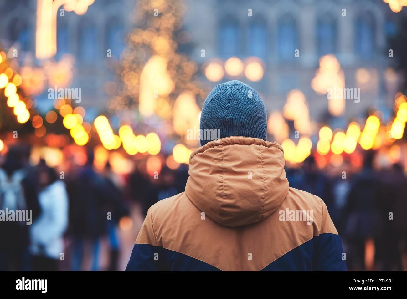 Jeune homme dans le marché de noël, Vienne, Autriche Photo Stock