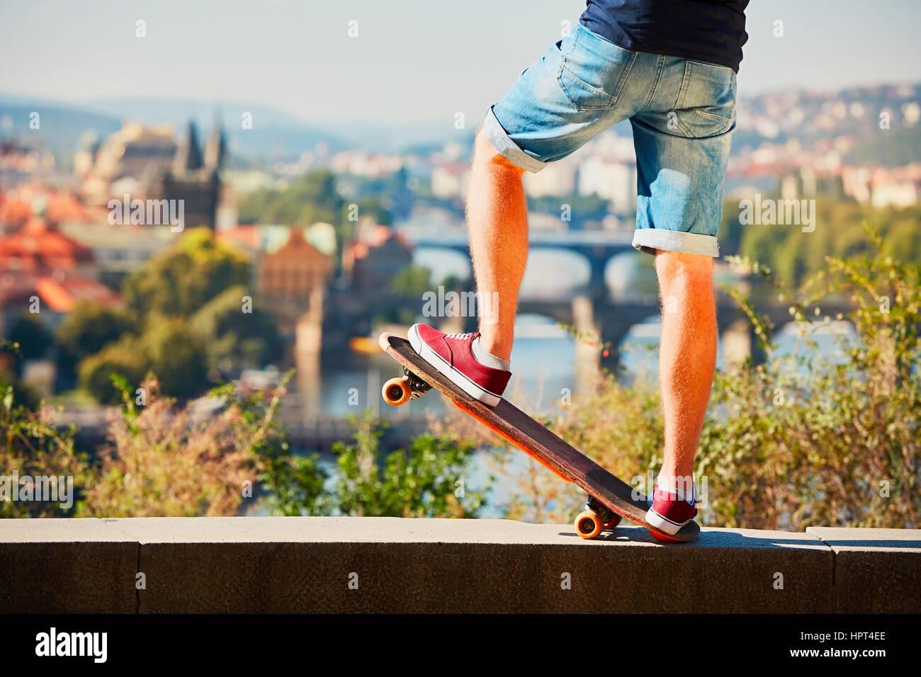 Jeune skateur professionnel est à cheval sur la planche à roulettes dans la ville. Prague, République Photo Stock