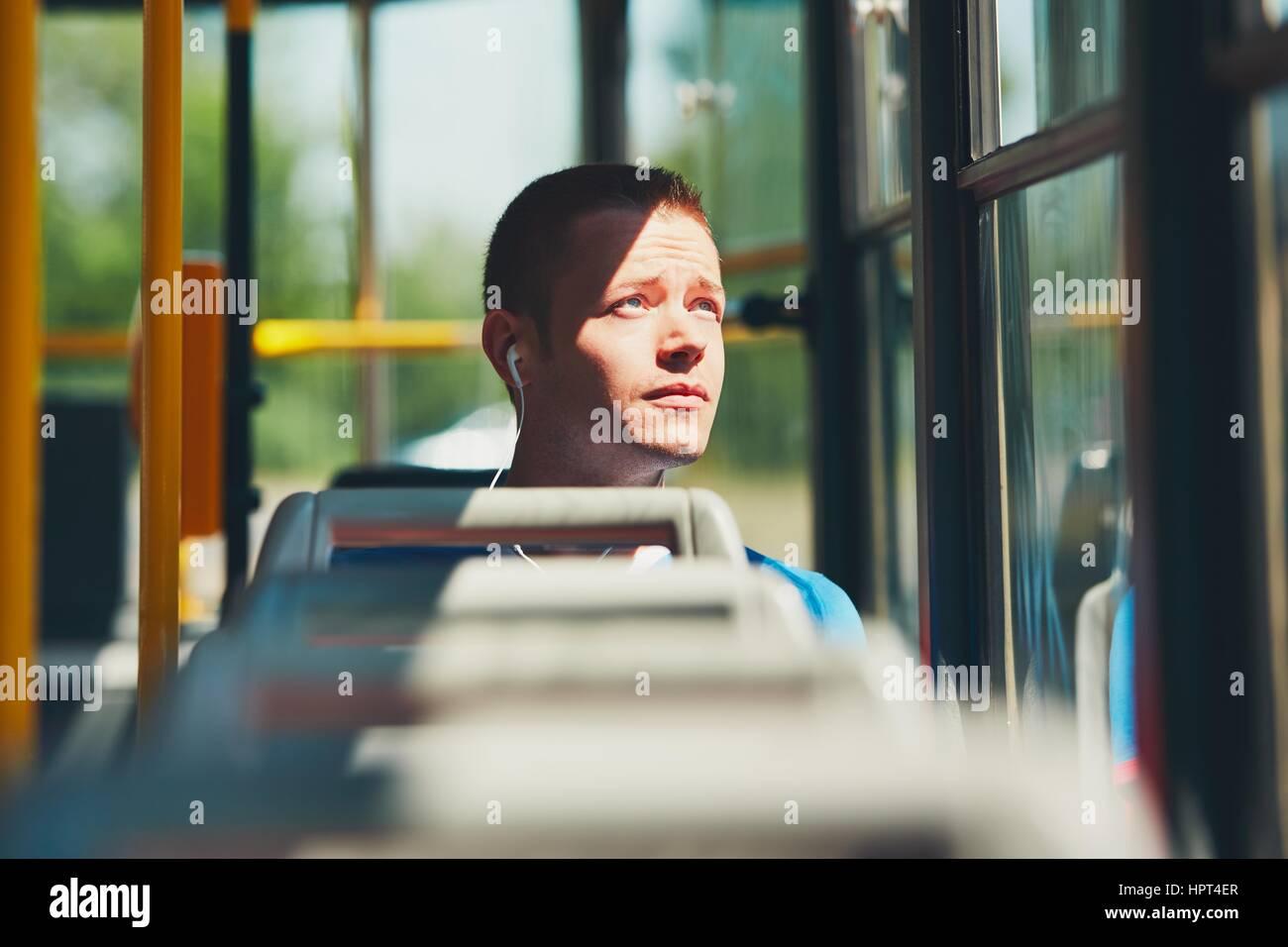 La vie quotidienne et se rendre au travail en transports publics. Beau jeune homme se déplace en tram. Photo Stock