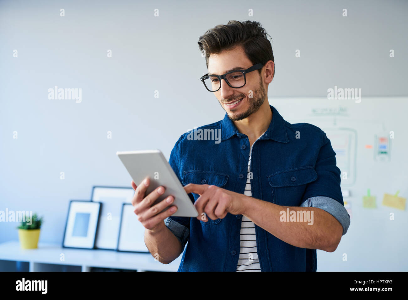 Professionnels web designer using digital tablet travailler à partir de home office Banque D'Images