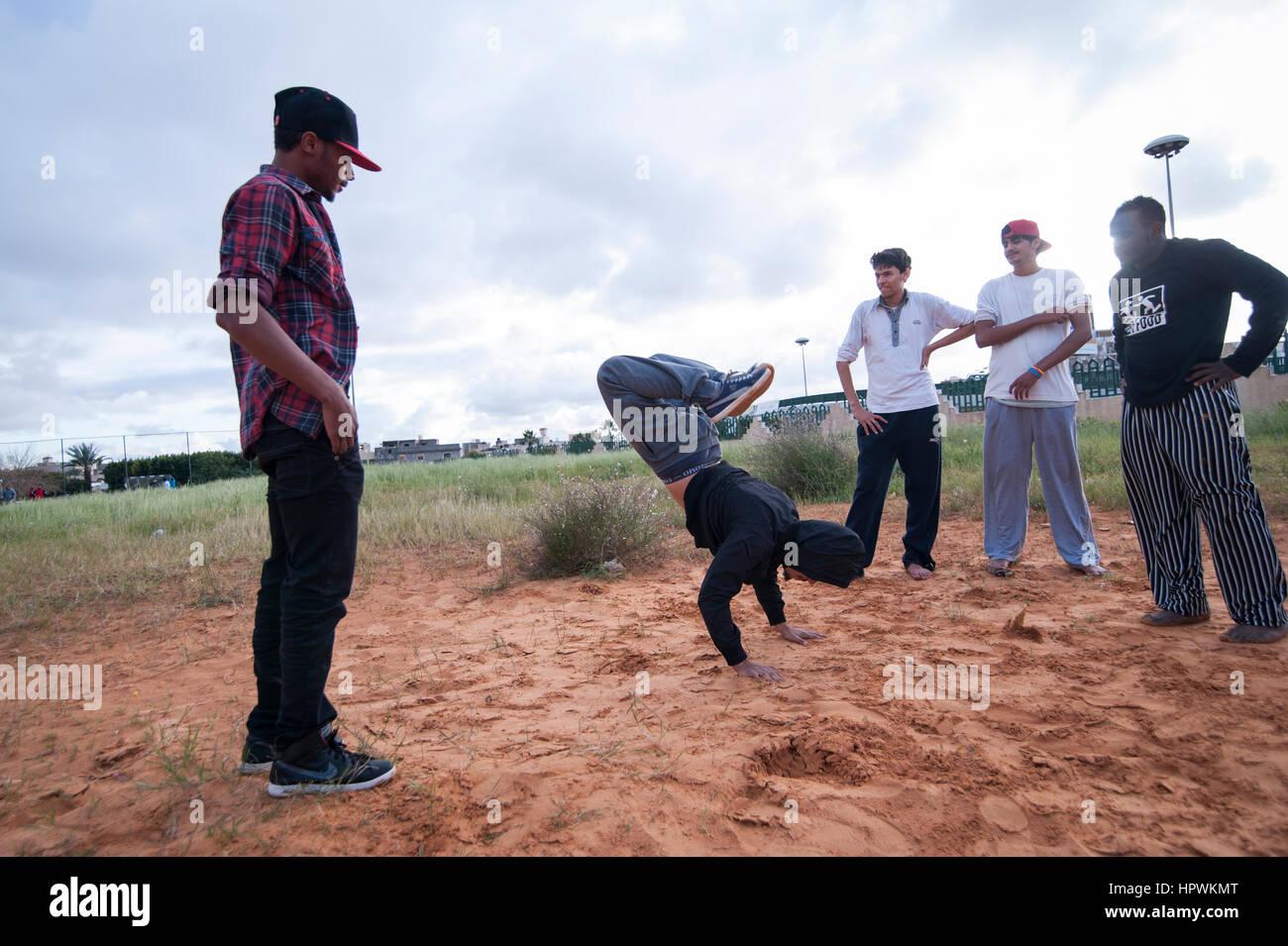 La Libye, Tripli: jeunes hommes pratiquant parkour se déplace. Photo Stock