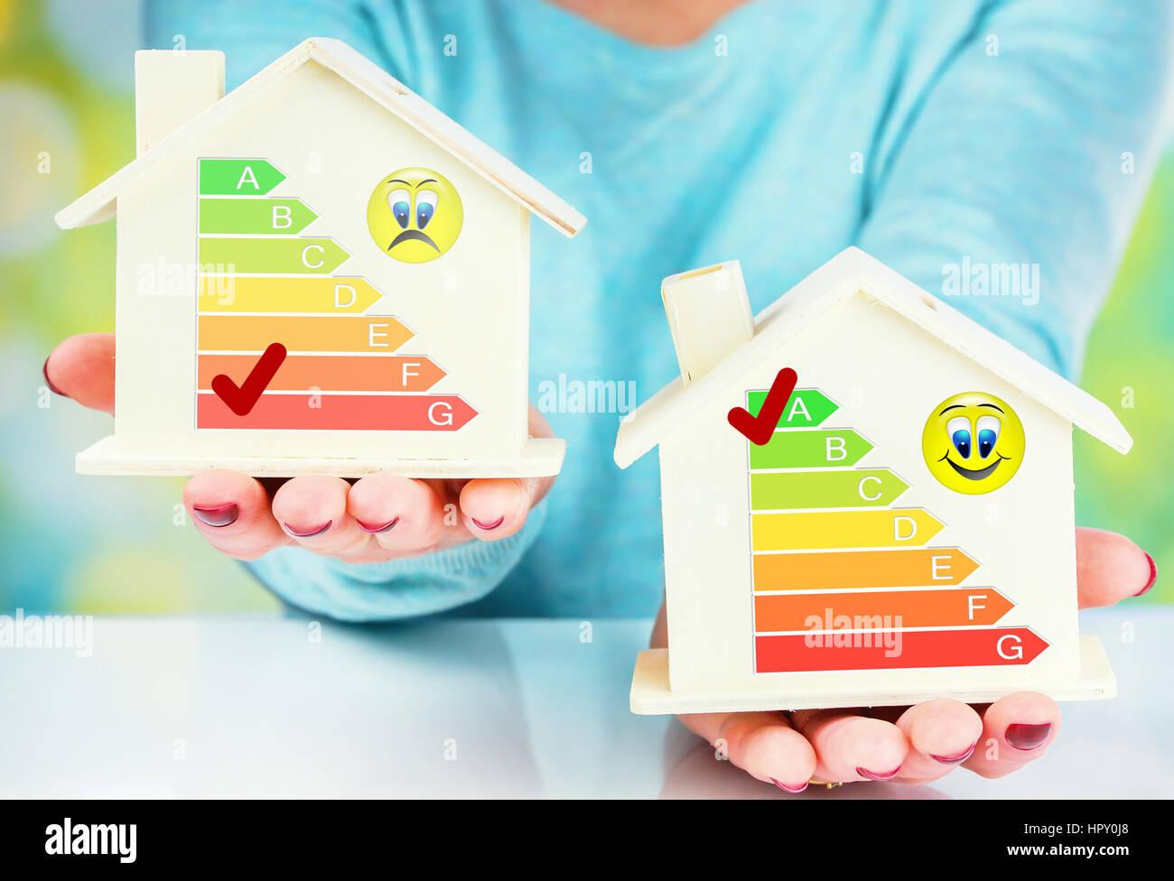 Comparaison concept house et maison basse consommation avec cote d'efficacité énergétique Photo Stock