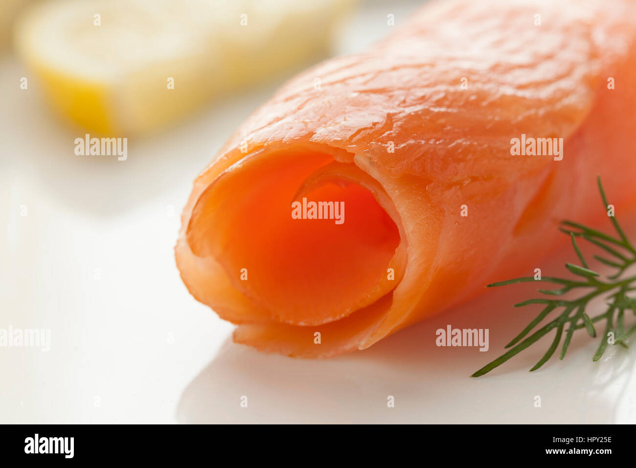 Rouleau de saumon fumé fermer jusqu'à la collation Photo Stock