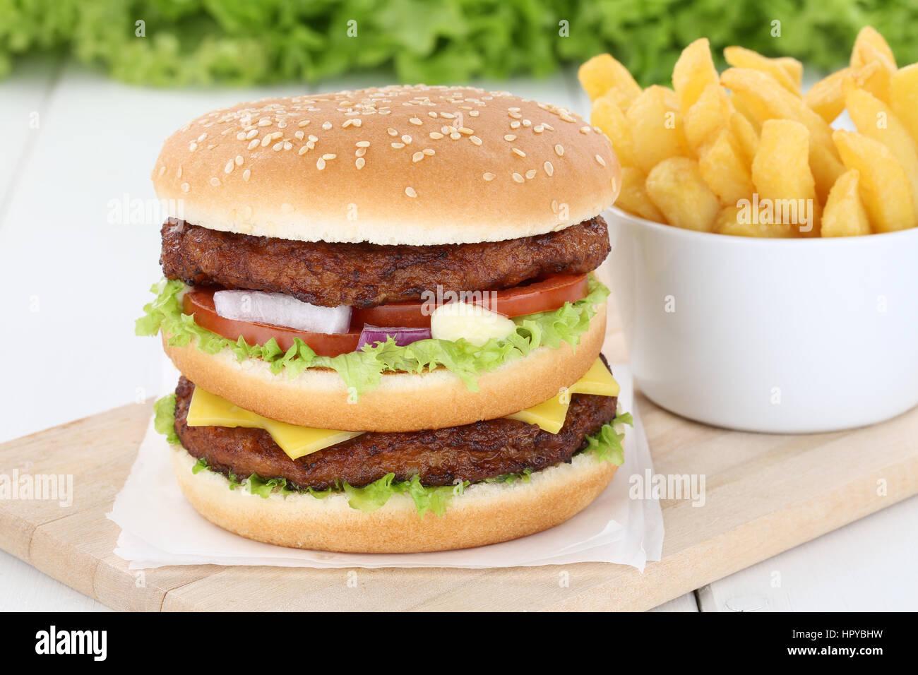 Burger double hamburger accompagné de frites fromage laitue tomates mauvaises Photo Stock