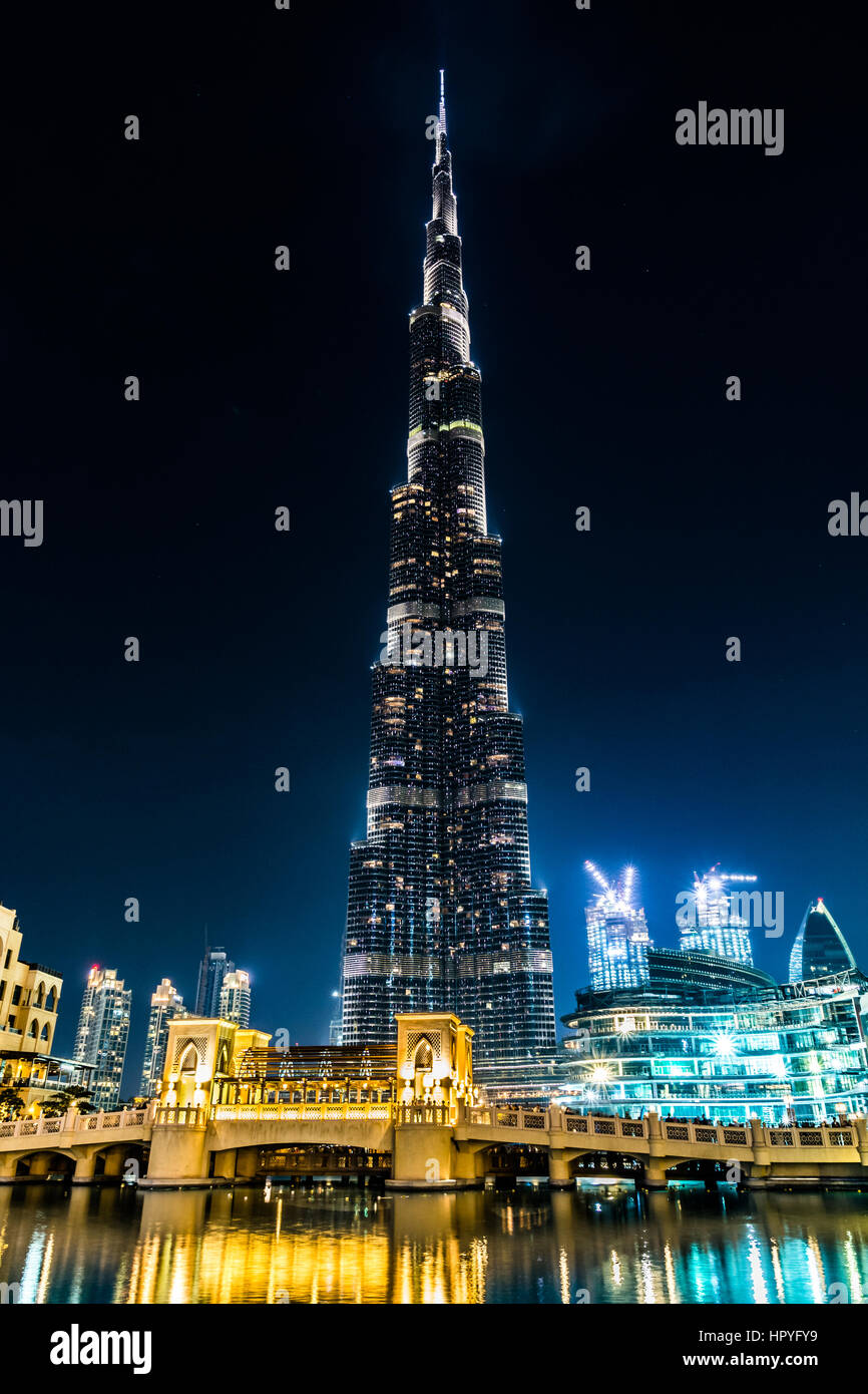 Voir l'illuminé de Burj Khalifa et un pont dans la nuit du 8 février 2017 Photo Stock