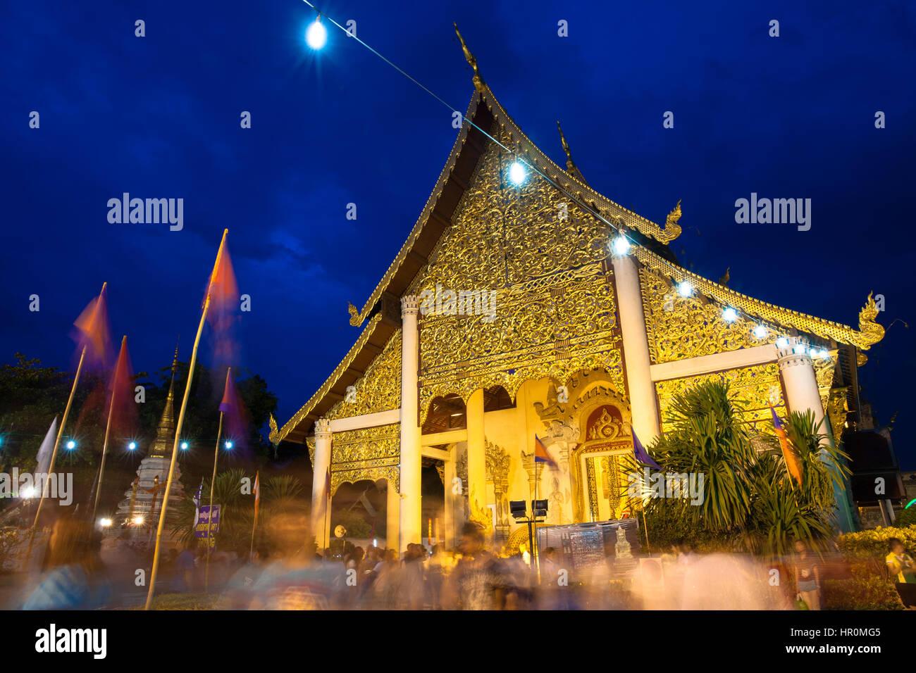 Chiang Mai, Thaïlande - 29 mai 2014: foule de personnes adorant à Wat Chedi Luang en ville Festival Photo Stock