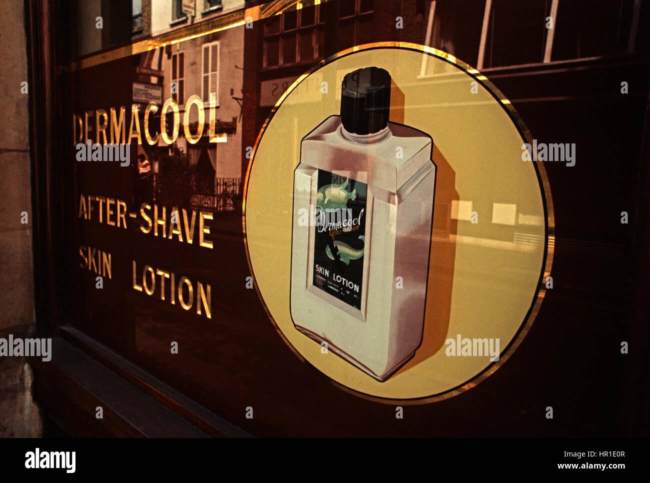 56839285a2 Panneau publicitaire pour après lotion de rasage, SOHO, Londres, 1972 Photo  Stock