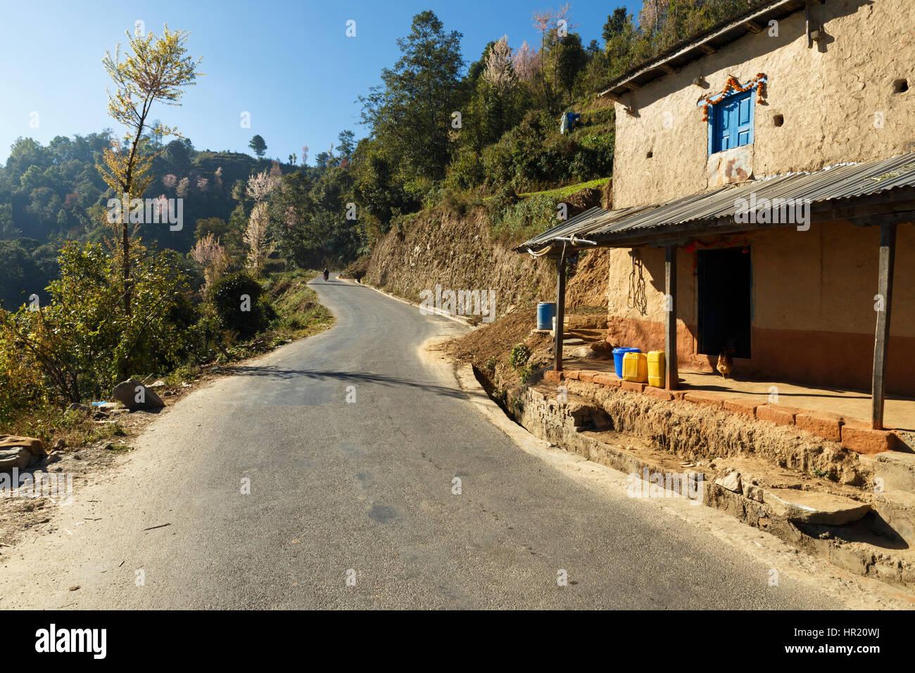 Maison située sur la route de monastère Thrangu Tashi Yangtse Namo Buddha, au Népal - Photo Stock