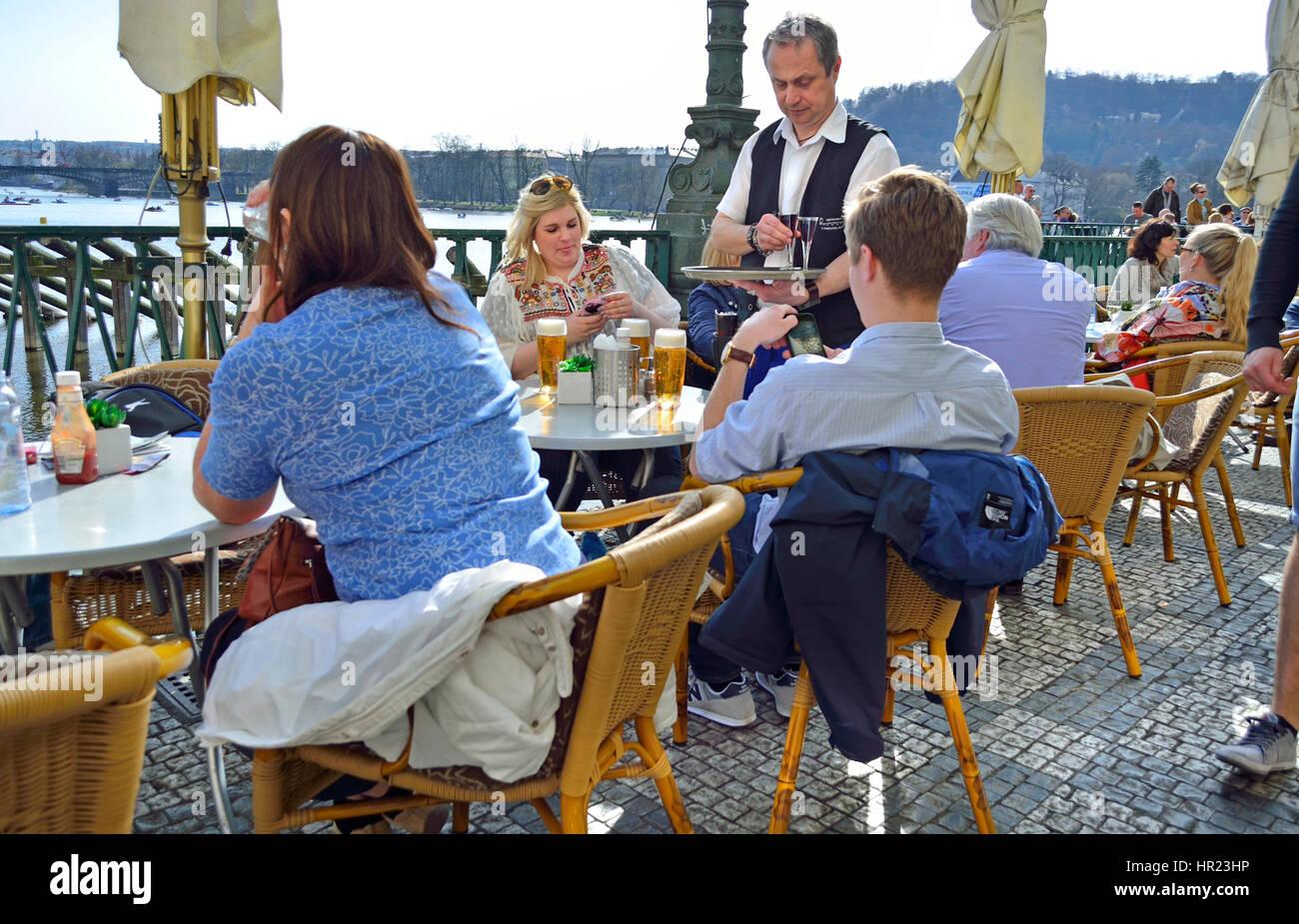 Prague, République tchèque. Les gens au café un ignorant les voir et à leur téléphone Photo Stock