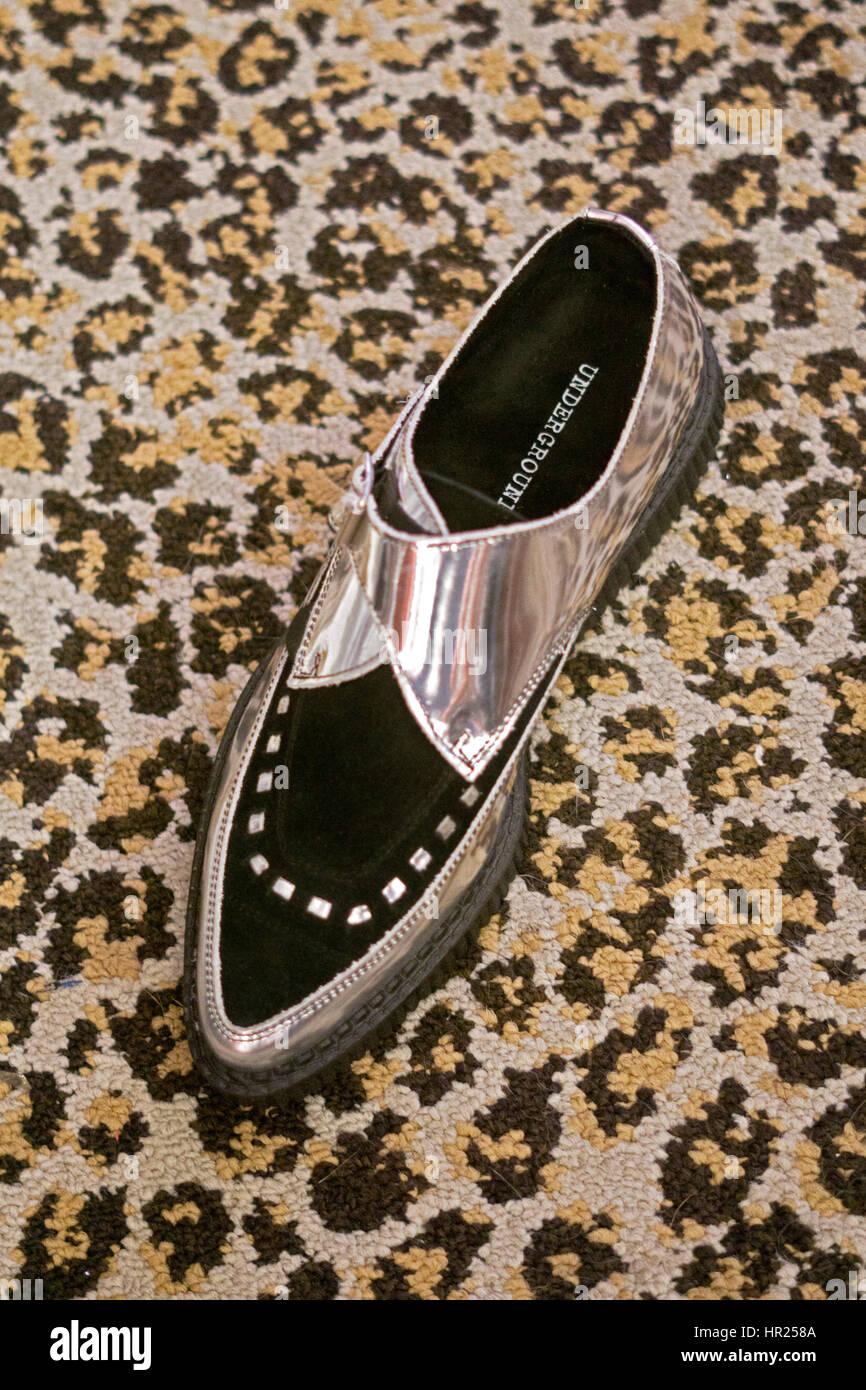 Brillant pointues unique men's shoes for sale, à l'intérieur de la corbeille et alternative de Photo Stock