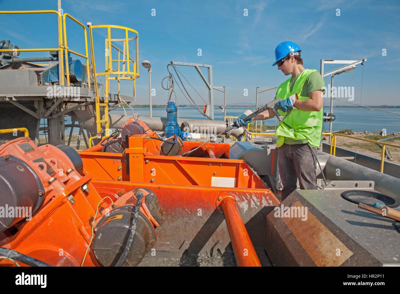 Le jeune travailleur à l'industrie - Nettoyage Photo Stock