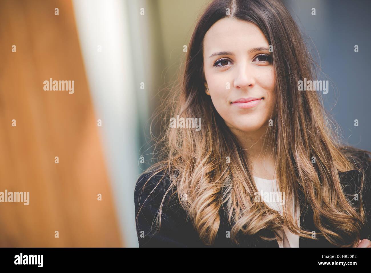 Jeune femme d'affaires authentiques en milieu urbain Photo Stock