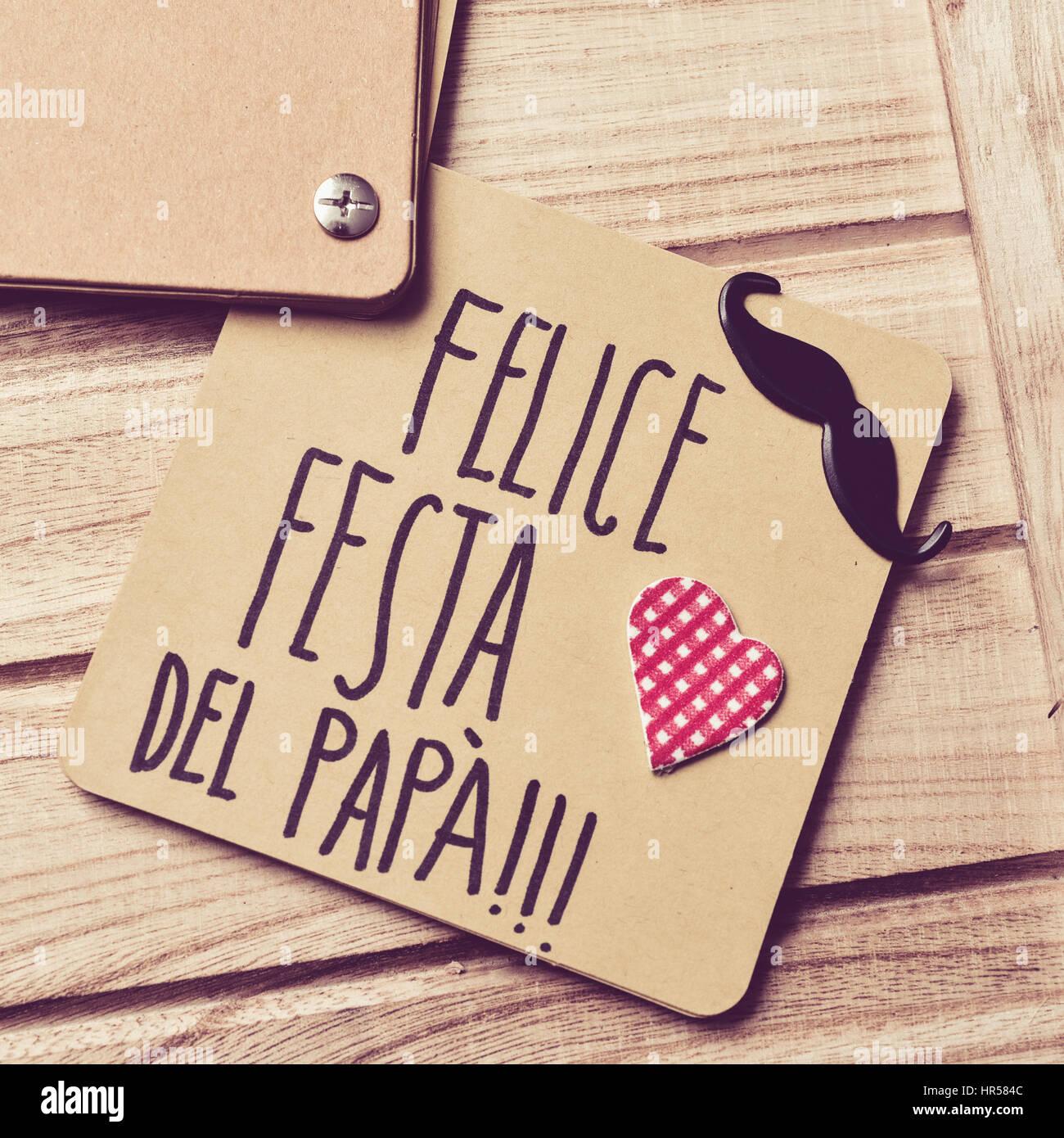Le texte felice Festa del Papa, happy fathers day écrit en italien dans un morceau de papier brun, une moustache Photo Stock
