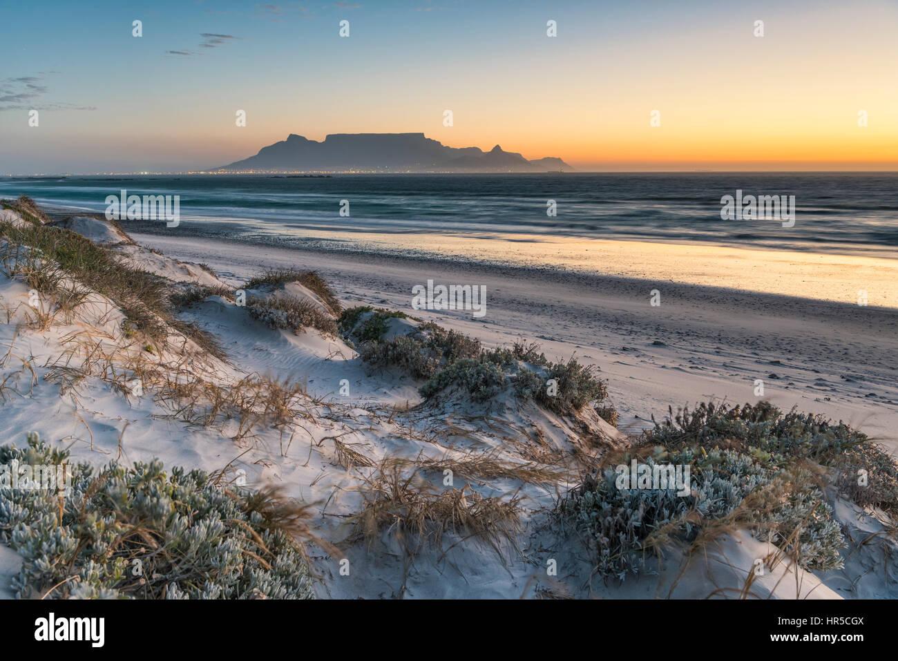 Vue de la Table Mountain au coucher du soleil, de Big Bay, Bloubergstrand, Cape Town, Afrique du Sud Photo Stock