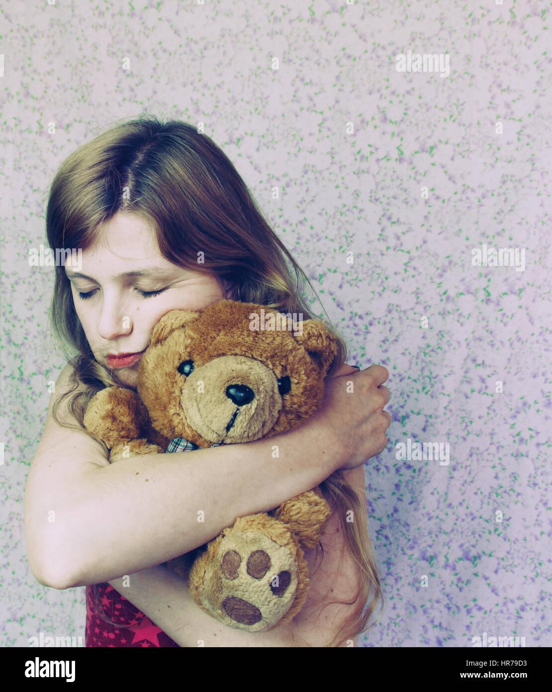 Quelqu'un avec son ours en peluche, comme un enfant Banque D'Images