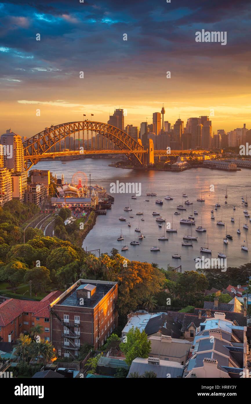 Sydney. Cityscape image de Sydney, Australie avec le Harbour Bridge et Sydney skyline pendant le coucher du soleil. Photo Stock