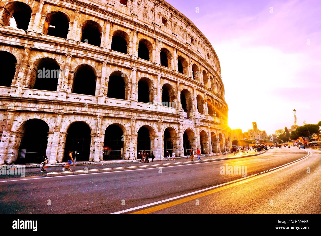 Vue sur le coucher du soleil au Colisée à Rome, Italie. Photo Stock