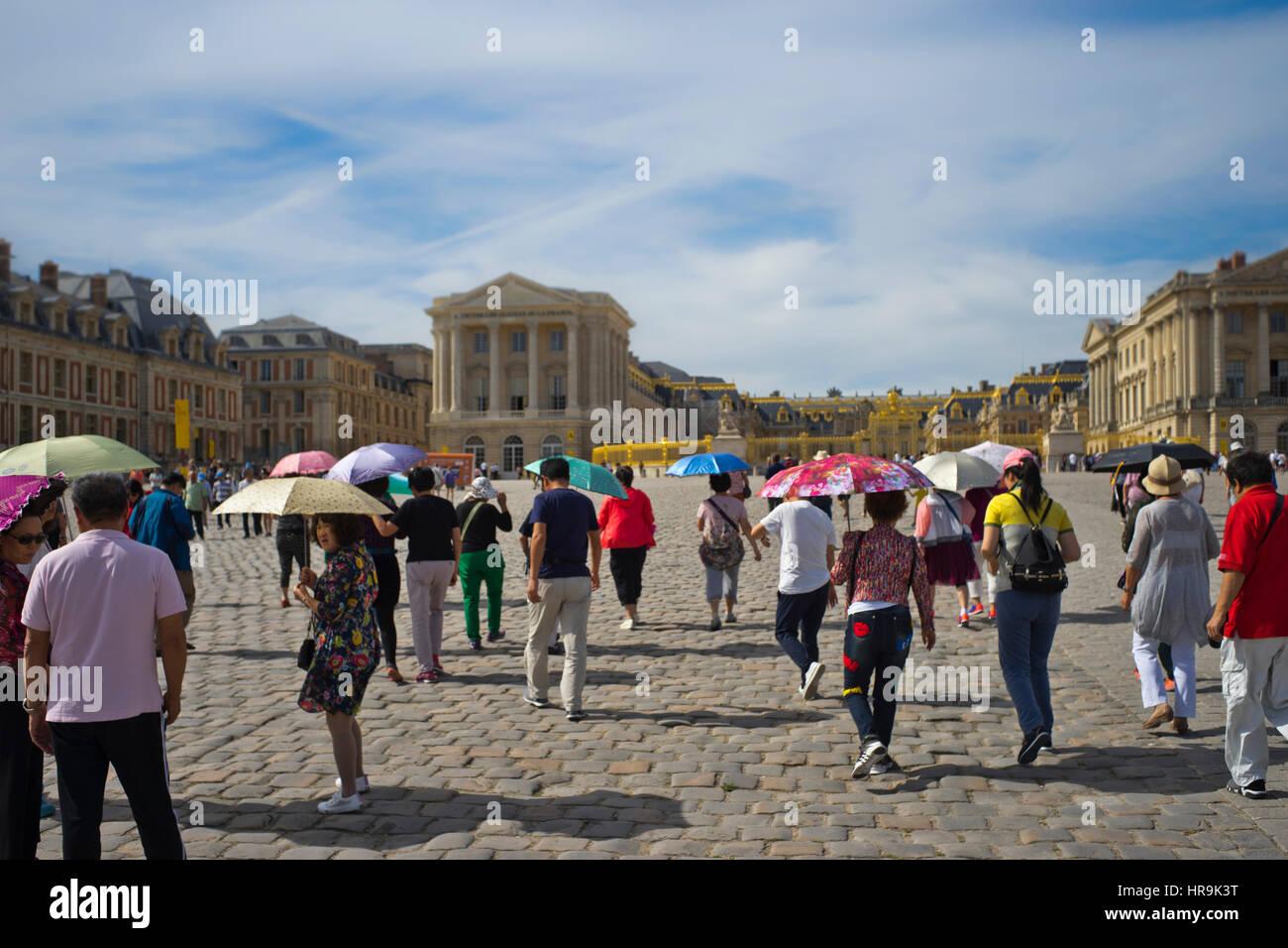 Un groupe de touristes asiatiques en face du palais de Versailles Banque D'Images
