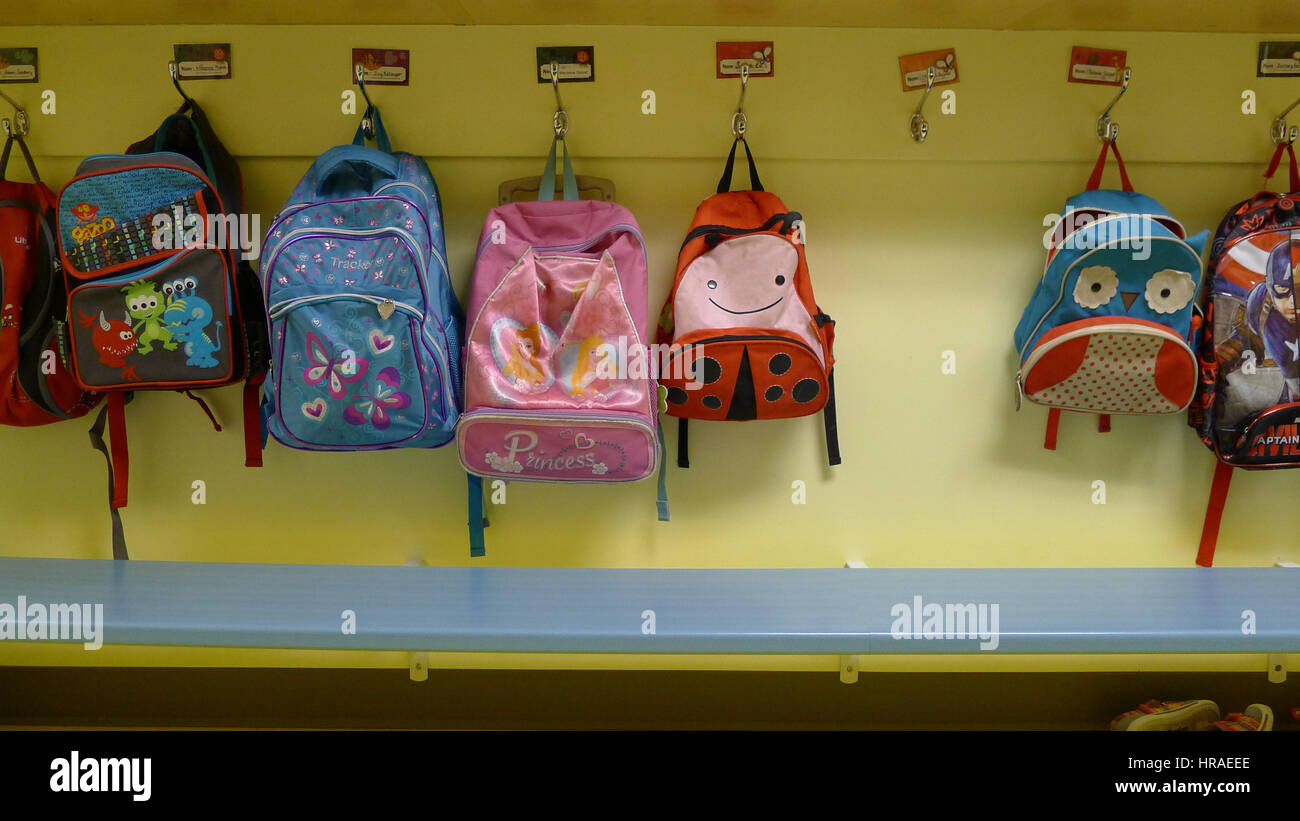Sacs à dos enfants accrochés à leurs chevilles dans une garderie Banque D'Images
