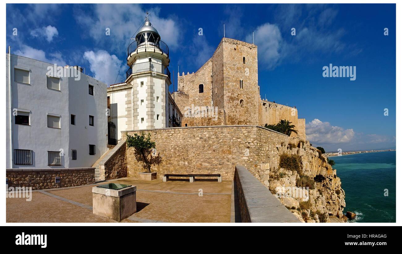 Vue panoramique de Peñiscola et du château de Phare.Papa Luna. Photo Stock