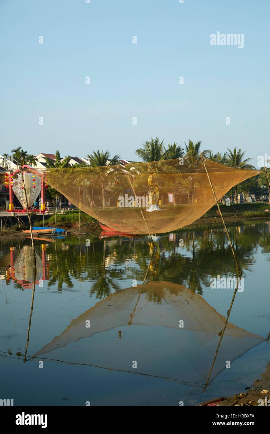 Filet de pêche, la rivière Thu Bon, Hoi An (Site du patrimoine mondial de l'UNESCO), Vietnam Photo Stock