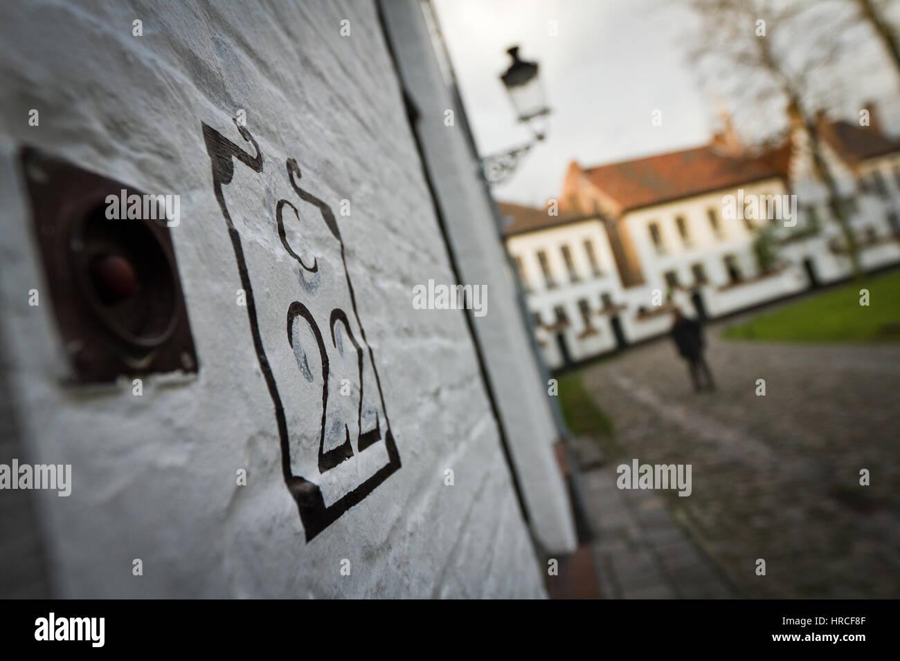 Nombre Au Pochoir à La Peinture Noire Sur Le Mur Blanc Dune Maison