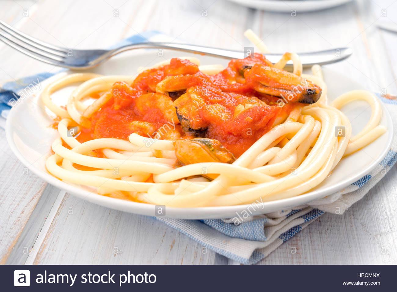 Spaghetti maison ragoût de crevettes et de moules en Chine blanc lave Photo Stock