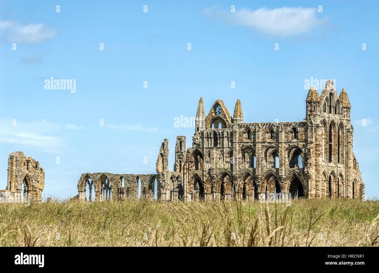 L'Abbaye de Whitby est une abbaye bénédictine surplombant la mer du Nord sur la falaise est au-dessus Photo Stock