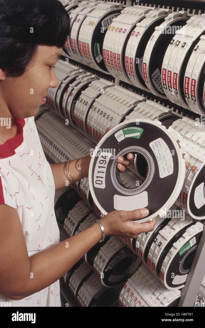 Employé d'IBM et de bandes de stockage informatique, ch. Années 1980 Photo Stock