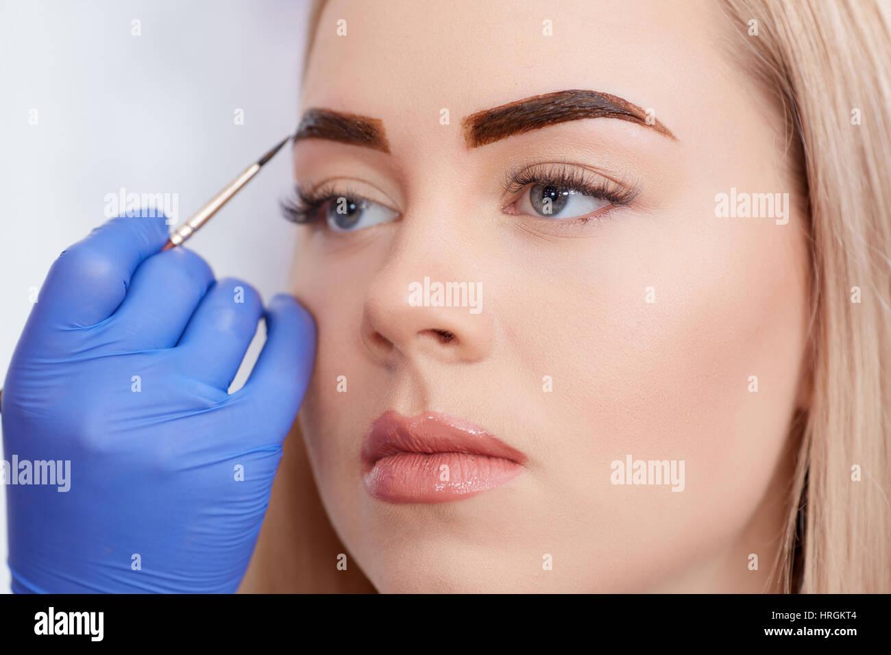 Cosmetologist En Bleu Gants Speciaux Application Maquillage