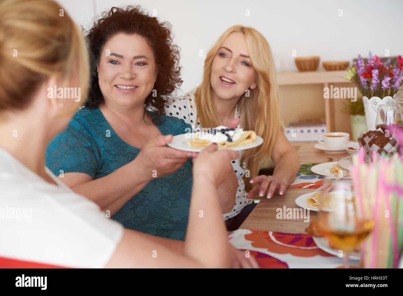 Délicieux repas avec les meilleurs amis Banque D'Images