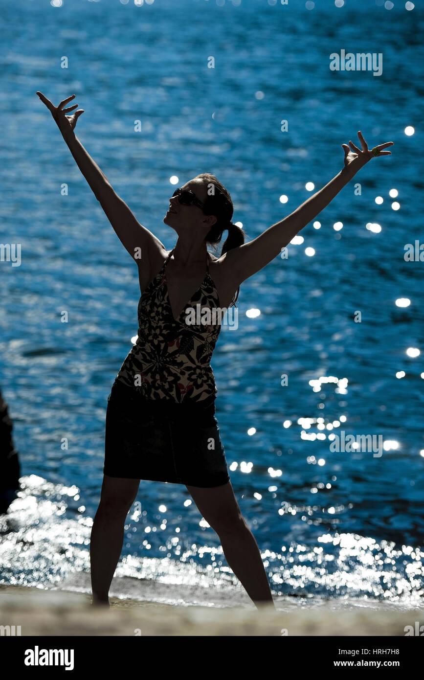 Parution du modèle, silhouette einer Frau am Seeufer, Italien - silhouette d'une femme au bord de mer Photo Stock