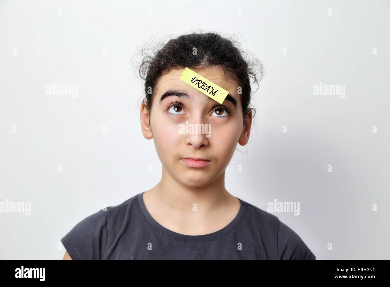 Petite fille avec memo posts sur son front, avec un message de motivation Photo Stock