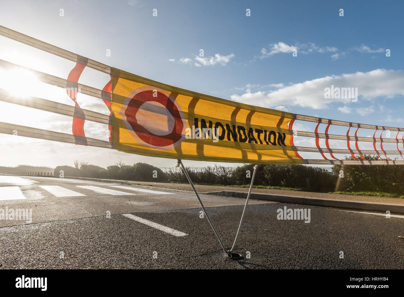 """Panneaux d'avertissement d'inondation sur une route de France, """"inondation"""" signifie """"Flood"""" Photo Stock"""