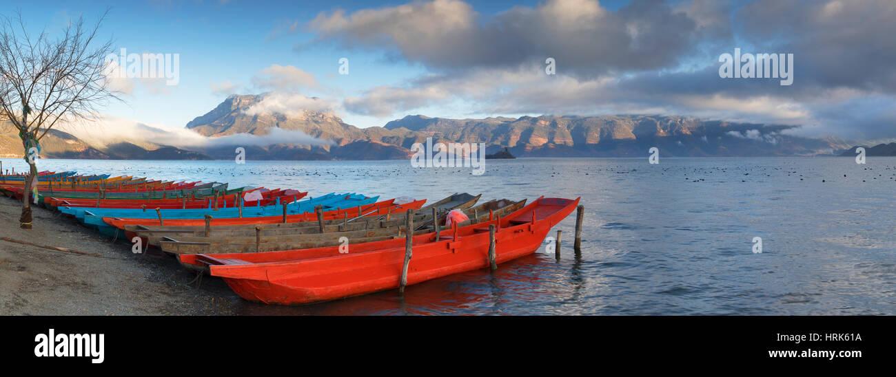 Bateaux sur Lugu Lake à l'aube, Yunnan, Chine Photo Stock