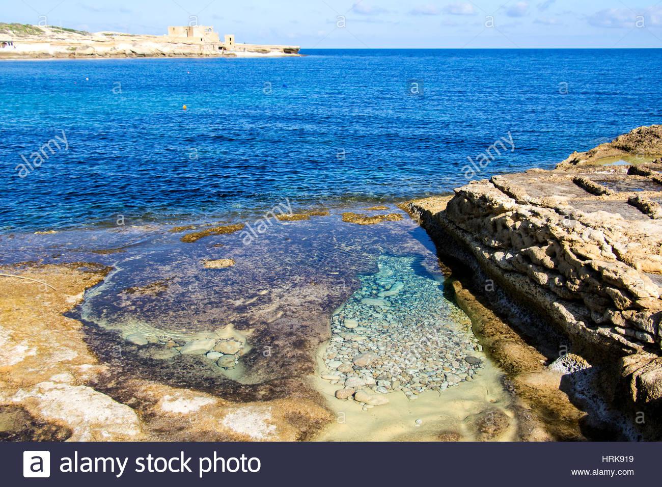 Vue sur la côte méditerranéenne de Gozo, Malte. Bleu profond, l'eau claire un vaste océan Photo Stock