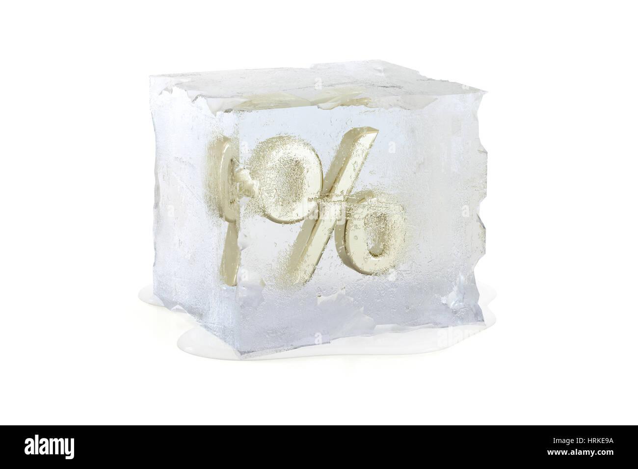 Symbole de pourcentage congelé dans un cube de glace fond lentement - gel des taux d'intérêt Photo Stock