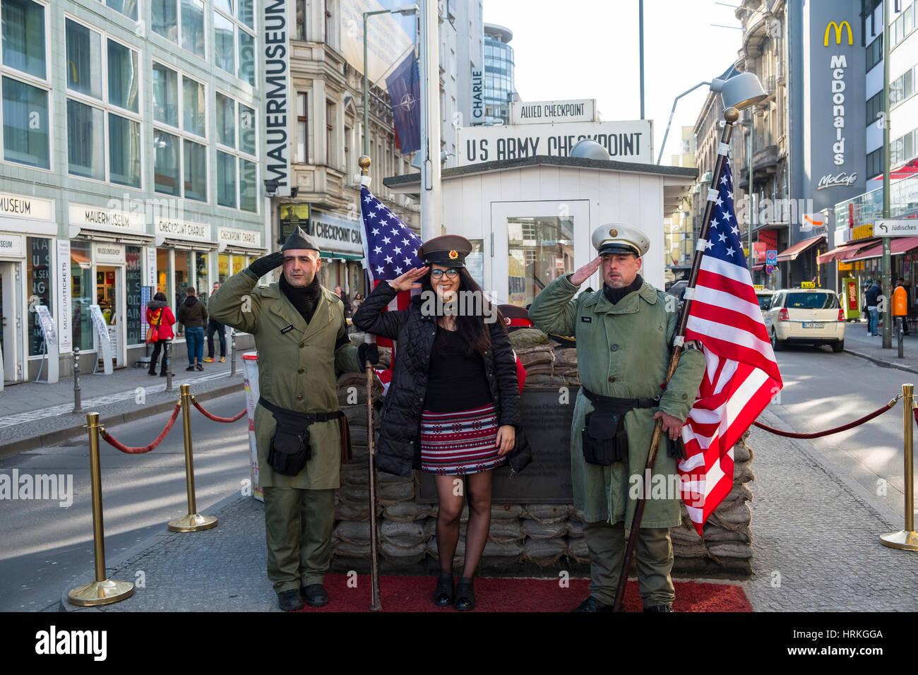 Les touristes qui posent avec les soldats américains à Checkpoint Charlie à Berlin, Allemagne Photo Stock