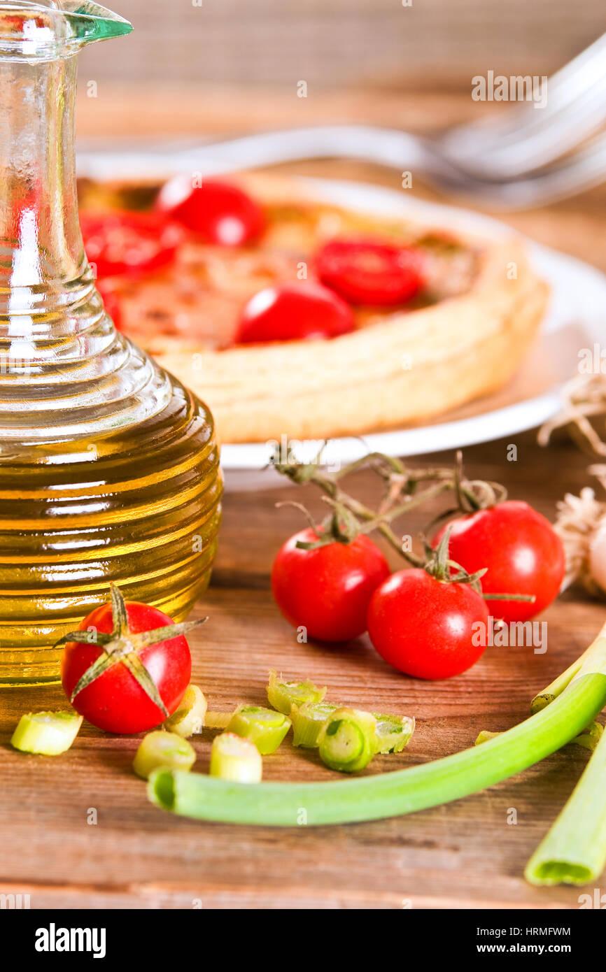 Quiche aux poireaux et la tomate. Photo Stock