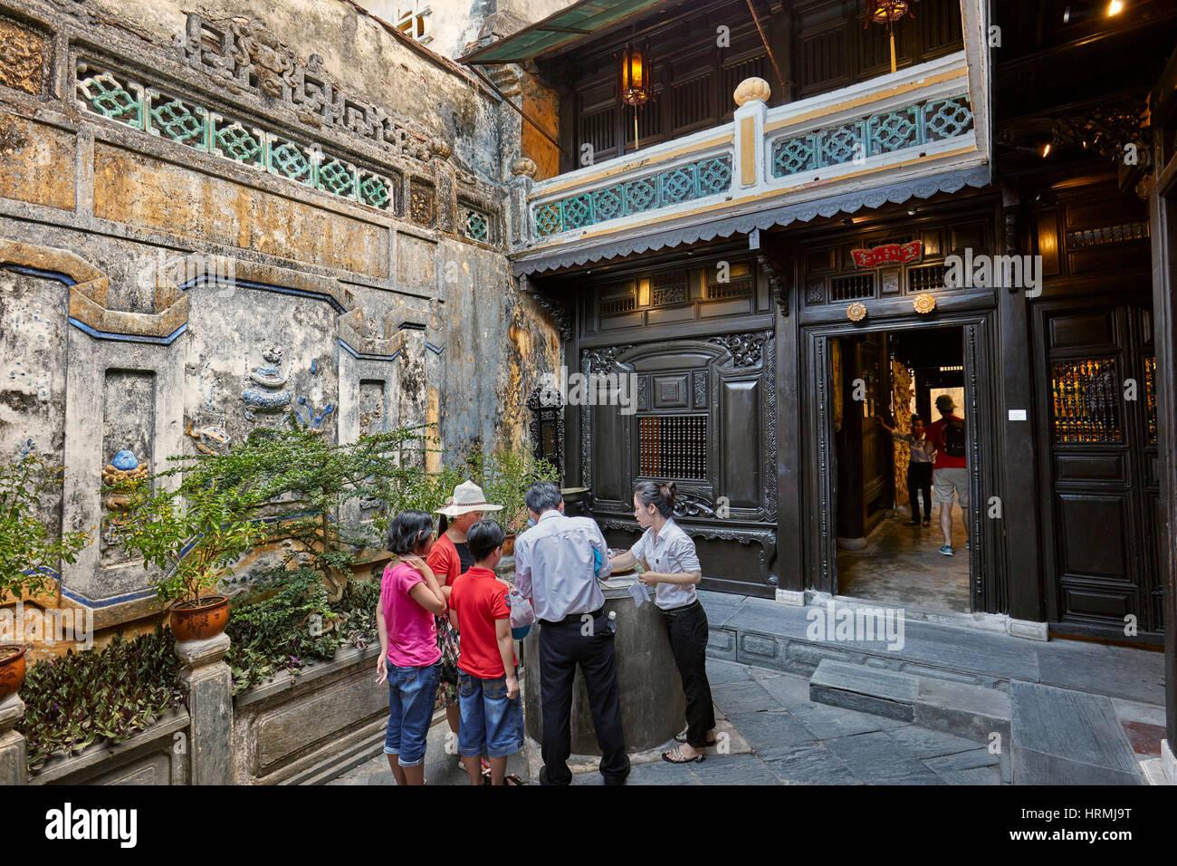 Les touristes avec guides locaux dans la cour ouverte de la vieille maison de Tan Ky. L'ancienne ville de Hoi Photo Stock