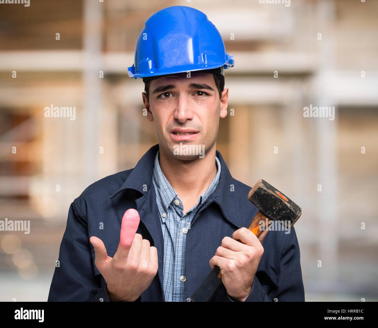 Pleurer pour travailleur blessé un doigt Banque D'Images