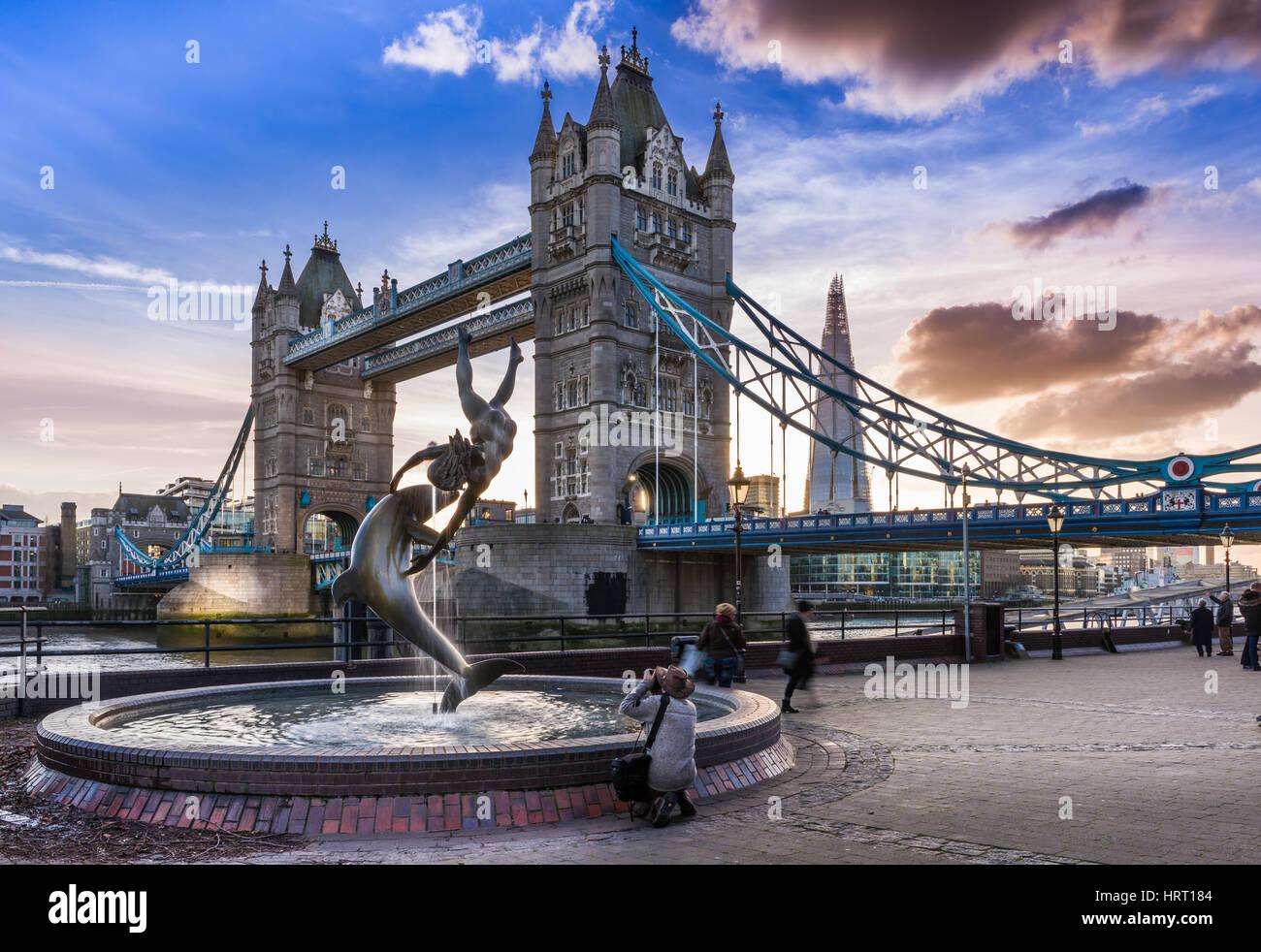 """Un photographe prend une photo de """"La jeune fille à la """"fontaine des dauphins comme le soleil se Photo Stock"""
