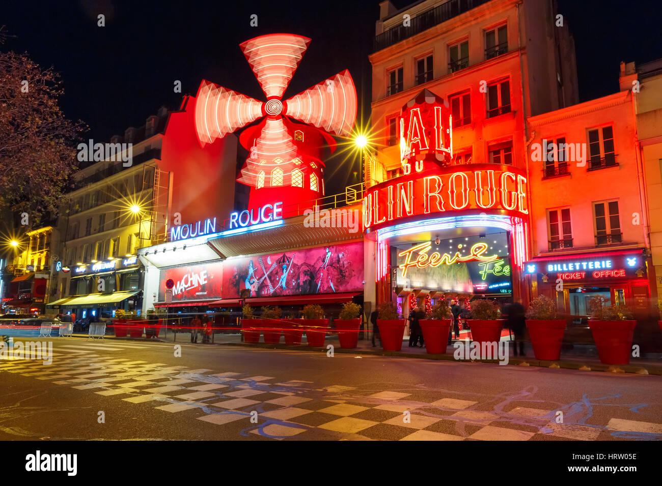Paris, France - 28 décembre 2016: Le pittoresque célèbre Moulin Rouge situé à proximité Photo Stock