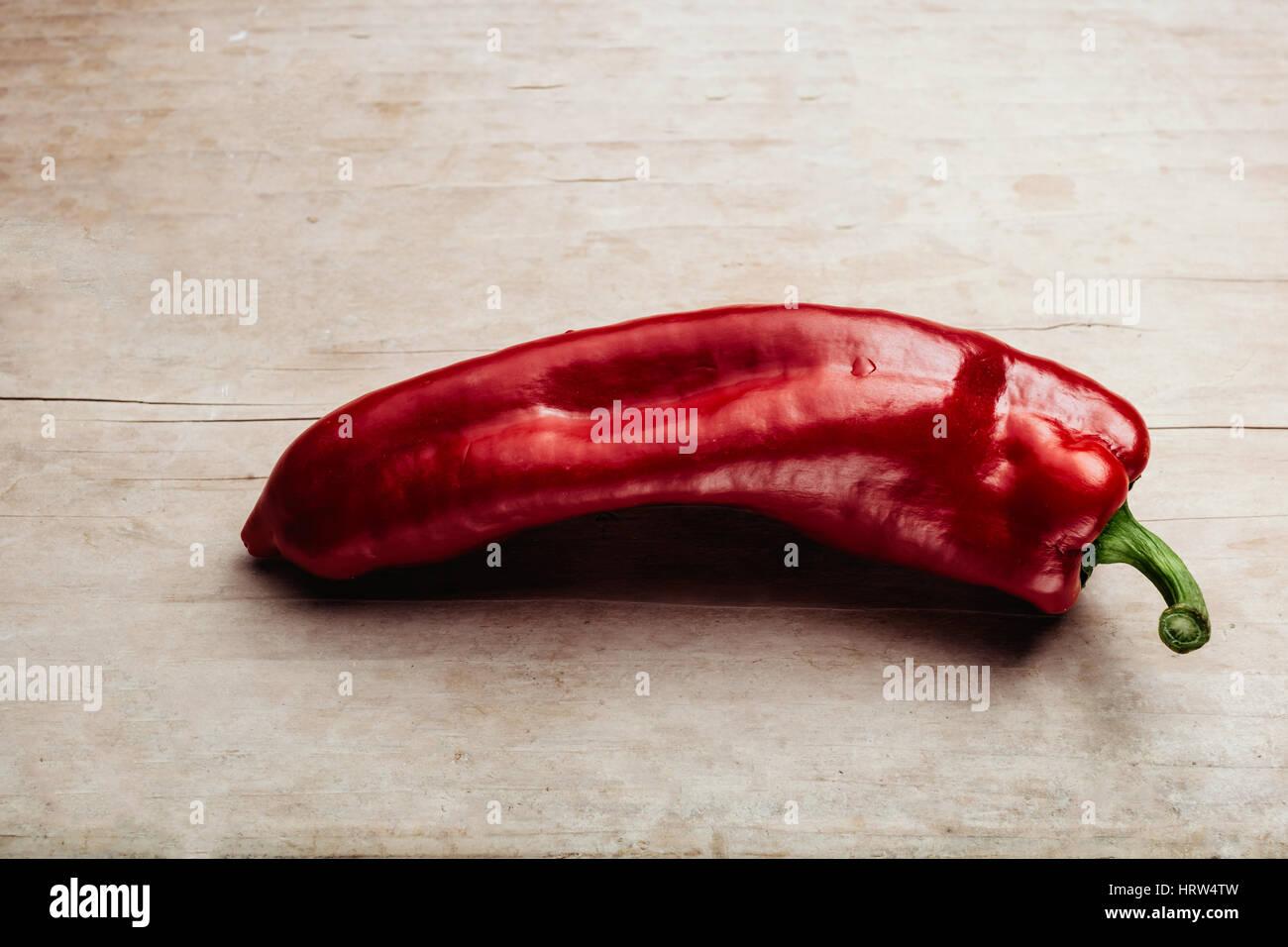 Poivron rouge et chaude sur table en bois gros Photo Stock