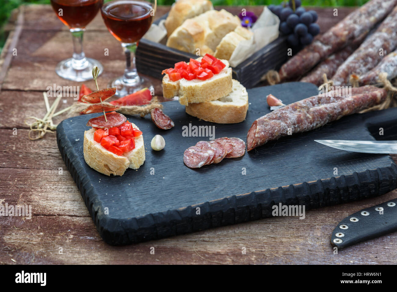 Faire de pintxos, tapas, canapés espagnol partie finger food Banque D'Images