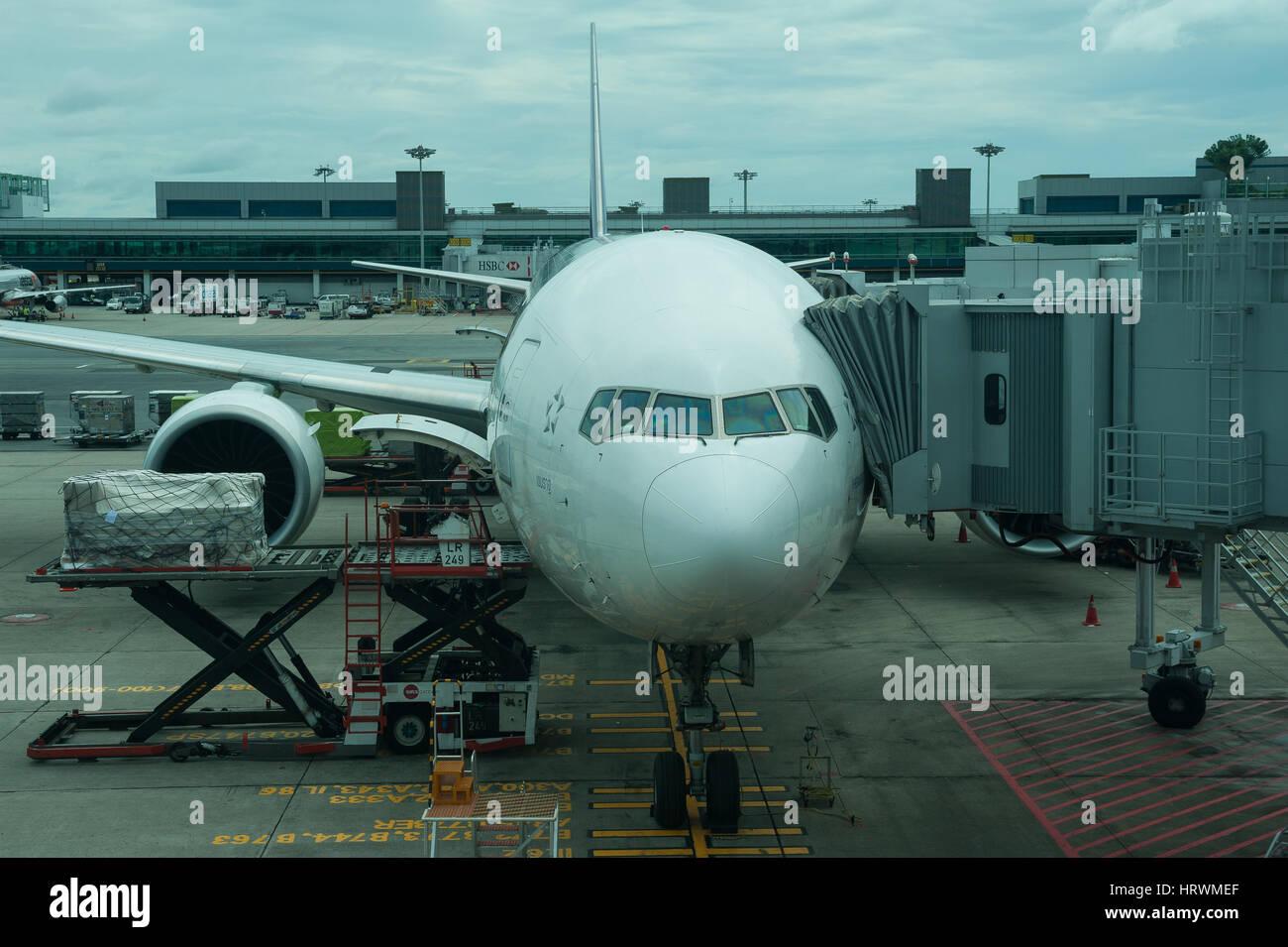25.01.2017, Singapour, République de Singapour, en Asie - UN Thai Airways avion du passager est garée devant un portail de Terminal 1 de l'aéroport Changi de Singapour. Banque D'Images